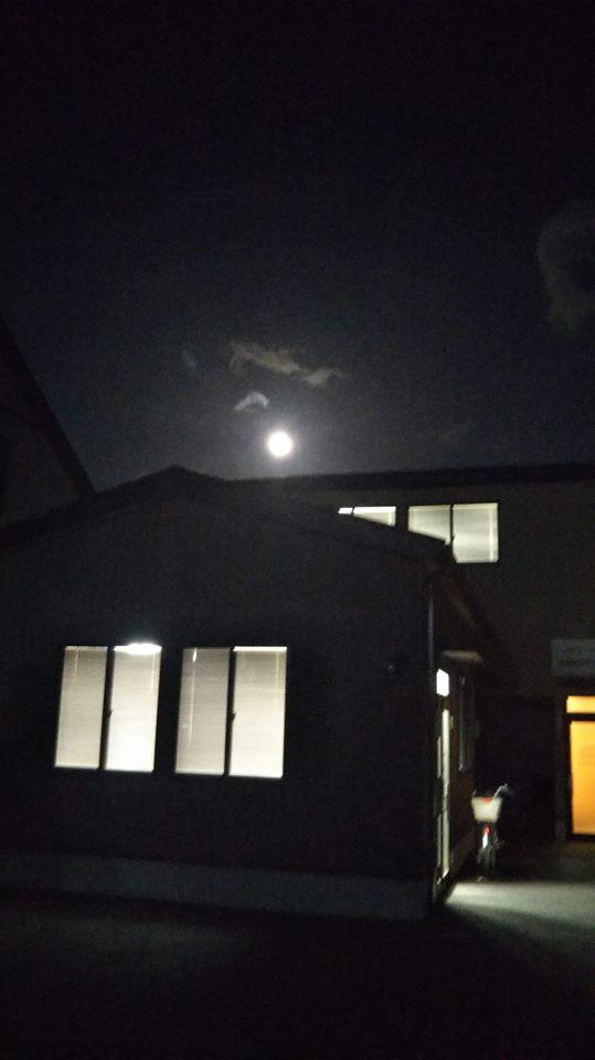 月と小屋.jpg